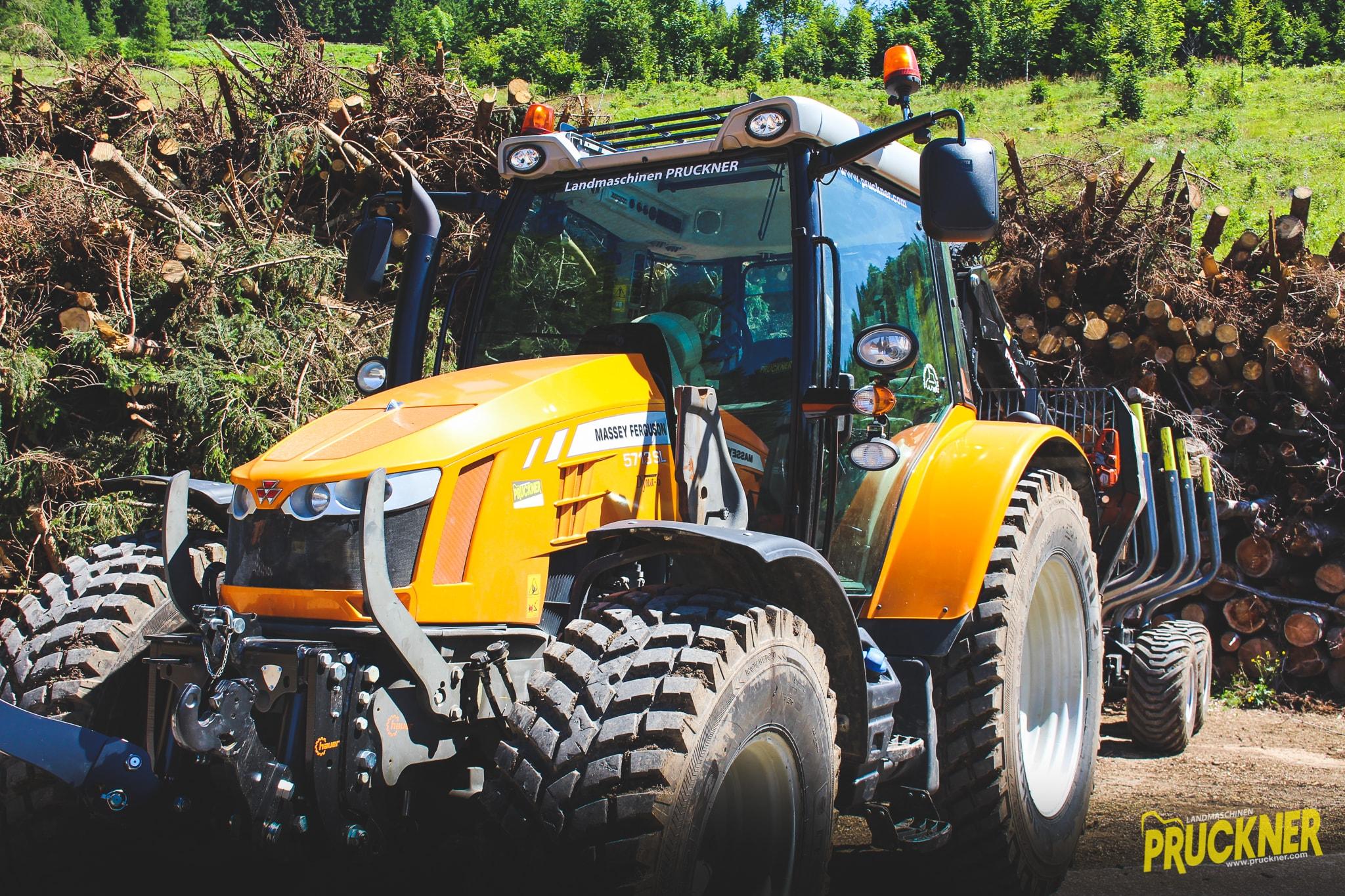 Traktor und Forstanhänger für Gemeinde St. Anton/Jeßnitz